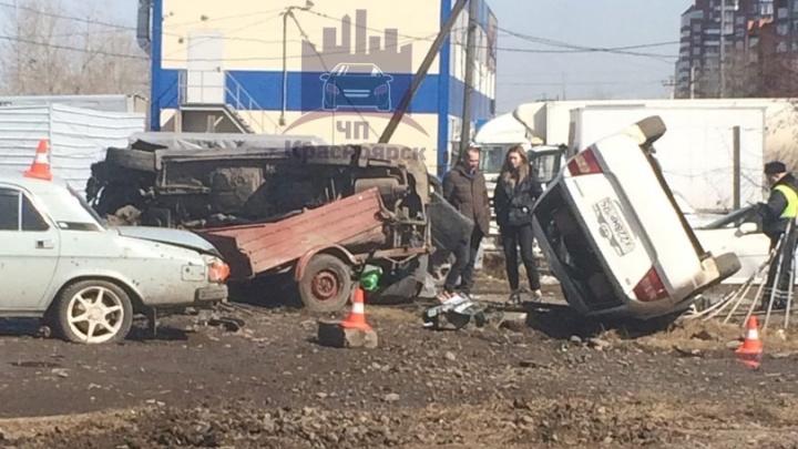 «Субару» с прицепом подлетел на бордюре и протаранил четыре автомобиля