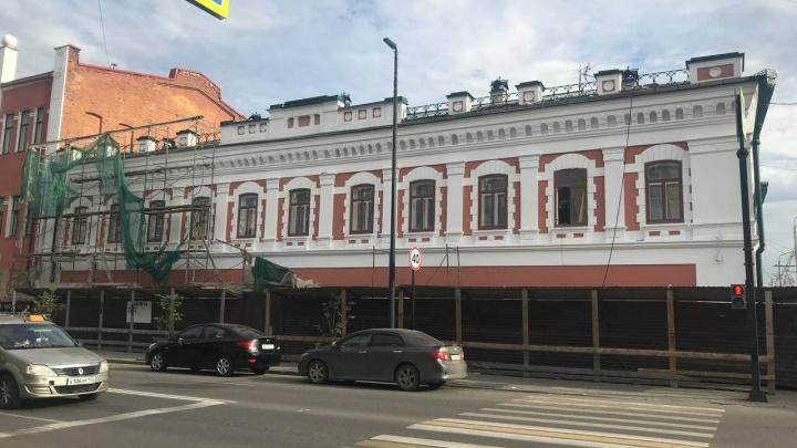 В центре Красноярска показали обновленный фасад старинного торгового дома Смирнова