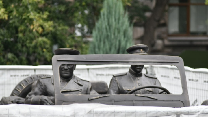 У вас маршал двоится: у штаба на проспекте Ленина поставили еще один памятник Жукову
