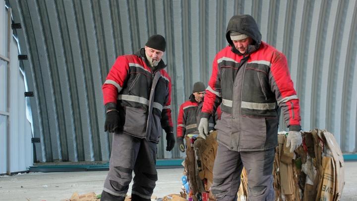 В Омске ищут рабочих на новый мусоросортировочный завод. Им обещают зарплату до 50 тысяч рублей