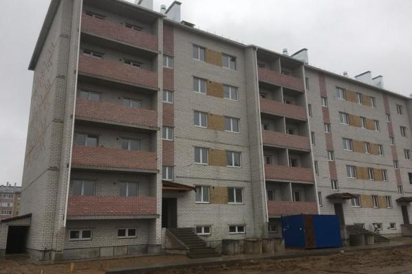 """На сайте застройщика предлагают купить «очень комфортабельную однокомнатную квартиру» в этом доме за <nobr class=""""_"""">1,76 миллиона</nobr> рублей"""