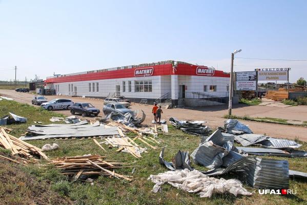 Сильный ураган сорвал крышу здания