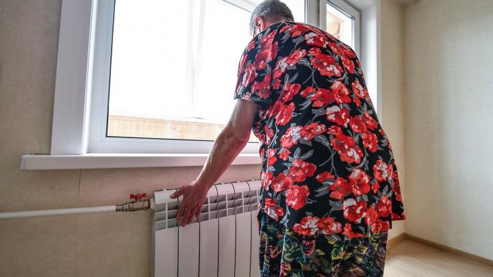 «Включаю духовку — хоть воздух сухой»: жители Екатеринбурга — о том, как замерзают в своих квартирах