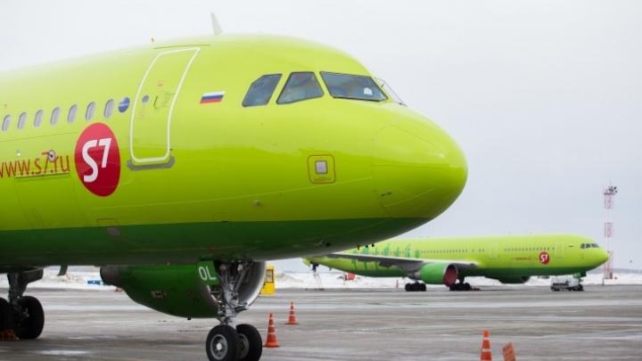 «Был удар, самолет сильно качнуло»: борт S7 вернулся в Новосибирск из-за неисправности двигателя