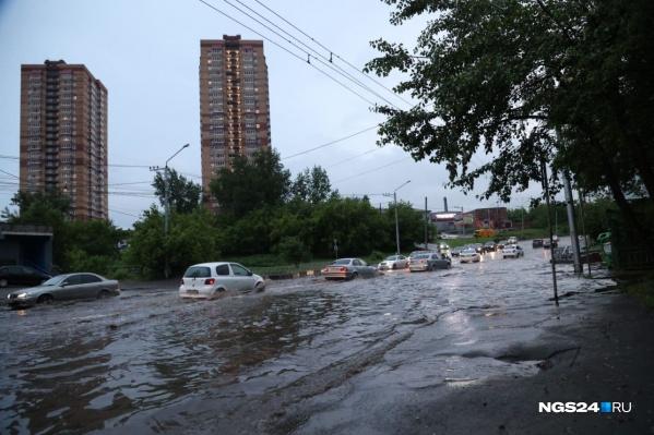 Вода, по данным мэрии, со сложных участков дорог откачана была к часу ночи