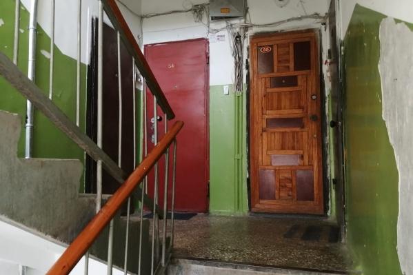 Убийство произошло прямо на лестничной площадке рядом с дверью, где жила семья