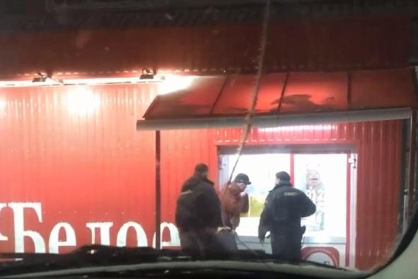 Очевидец утверждает, что продавцы вызвали охрану, когда мужчина просил погреться в магазине до приезда скорой