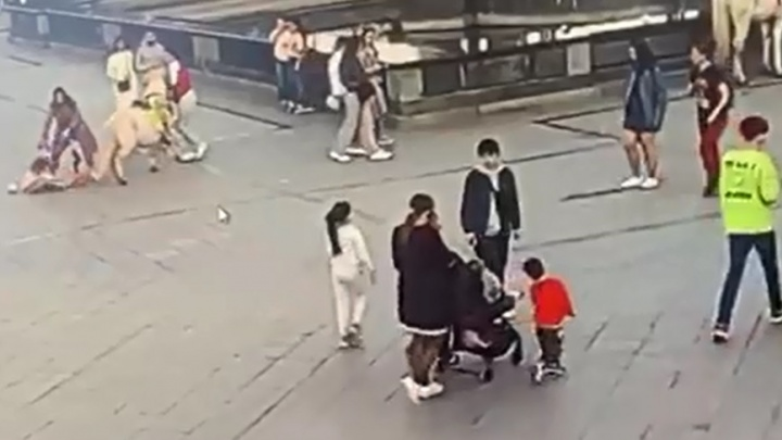 На Цветном бульваре в Тюмени пони сбил ребенка— видео
