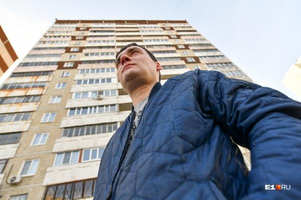 Алексей боится, что его дом может обрушиться из-за трещины