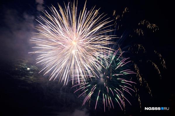 В прошлом году праздничный фейерверк состоялся, но изначально в мэрии говорили о том, что его заменит световое шоу (кстати, оно тоже было)