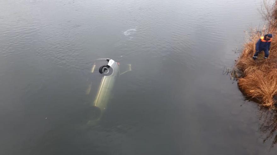 В сорвавшейся с моста в Магнитогорске машине погиб водитель