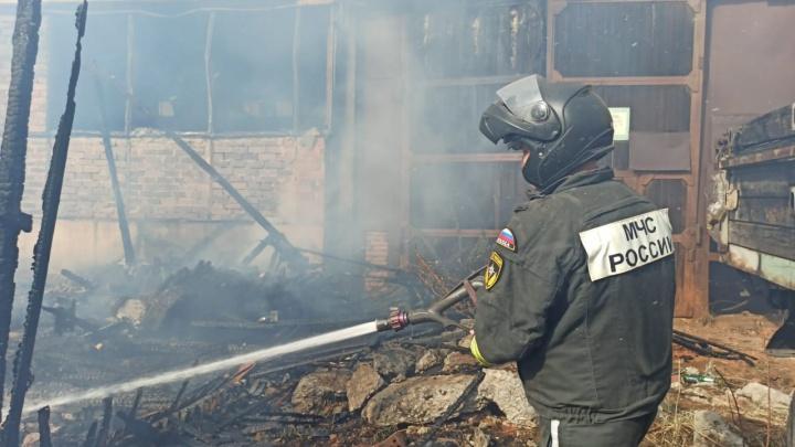 На Уралмаше вспыхнул крупный пожар возле склада компании, занимающейся производством дров