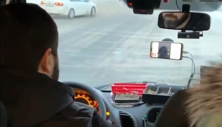 «Сдачу давал и каналы переключал»: ярославцев возмутил маршрутчик, который смотрит ТВ за рулем. Видео