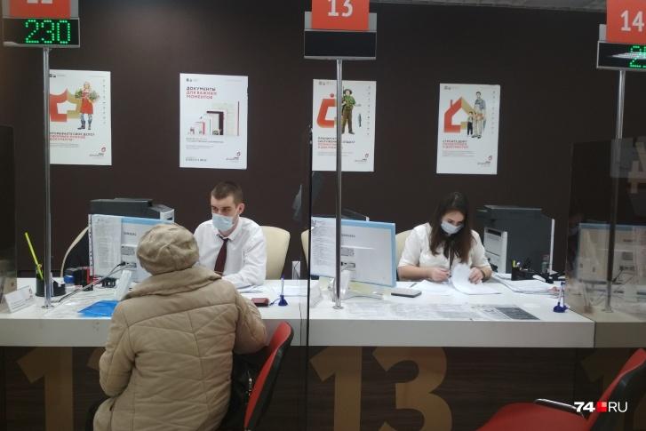 Оформить банкротство в МФЦ можно, если общий размер долгов составляет от 50 000 до 500 000 рублей. Если сумма больше, дела о банкротстве рассматривают в суде