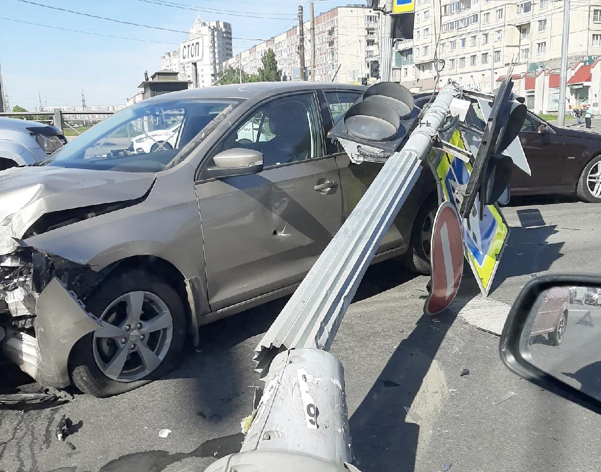 Камера сняла, как Skoda на Индустриальном собрала две машины и светофор и едва не сбила пешехода