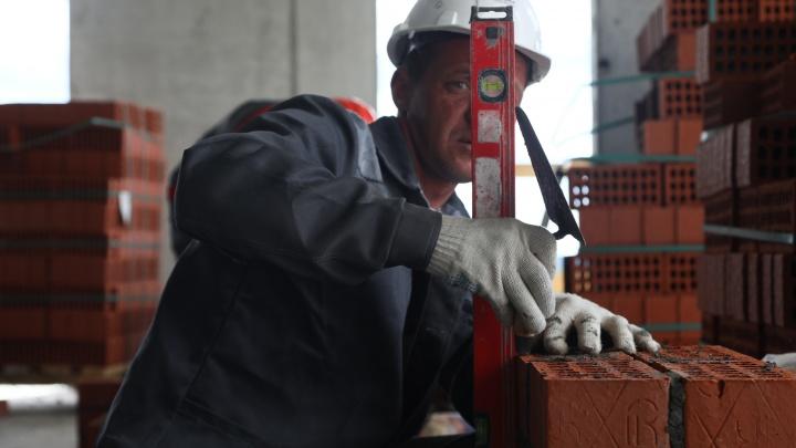 Дом у гигантского Veer Mall на севере Екатеринбурга превратили в мастерскую для лучших строителей