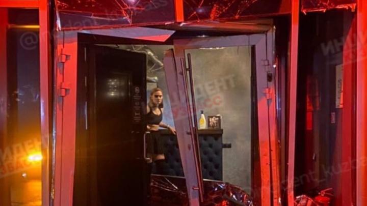 Женщина трижды протаранила машиной ночной клуб в Кемерово. Рассказываем подробности