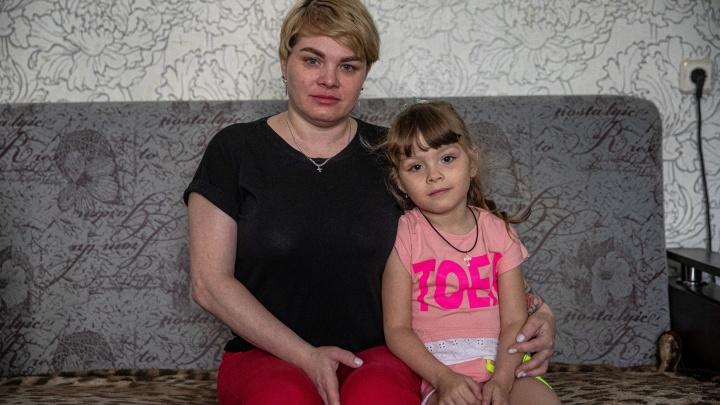 «Но я же очень хорошая мама»: женщина с двумя детьми задолжала банку 50 тысяч и может остаться без жилья
