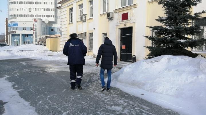 В Екатеринбурге водитель протащил за своей машиной инспектора ДПС
