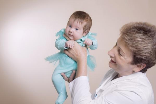 Все без исключения специалисты владеют техникой массажа и могут научить родителей