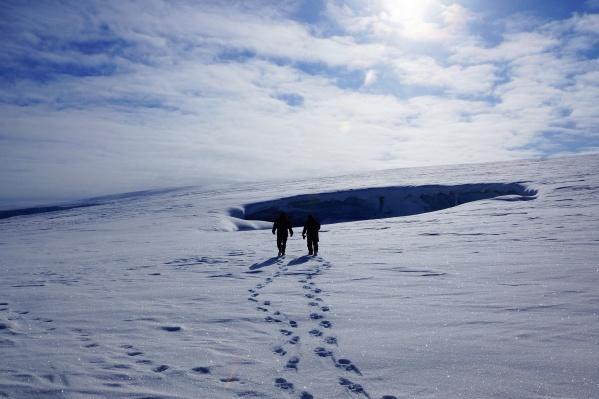 Дыры на поверхности ледника — это вход в снежные пещеры
