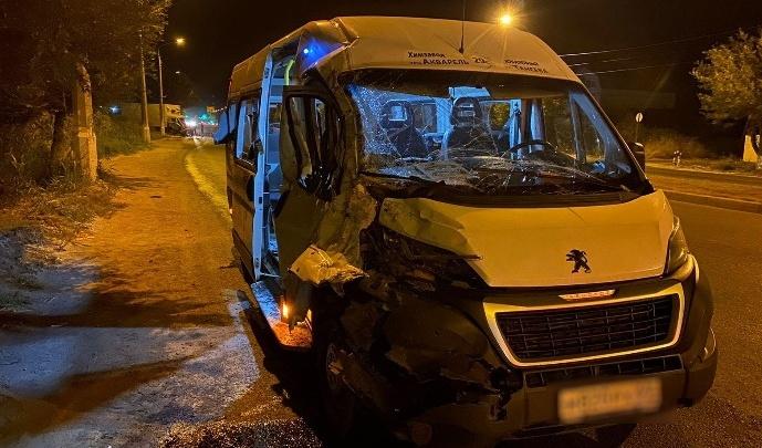 Влетел в правый бок: в Волгограде три человека пострадали в столкновении КАМАЗа и маршрутки