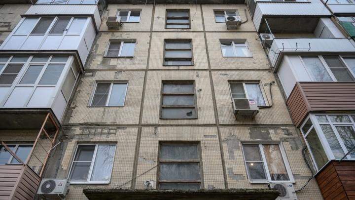Жильцы пятиэтажки в Ростове: власти сорвали ремонт нашего дома, чтобы отдать участок под высотный ЖК