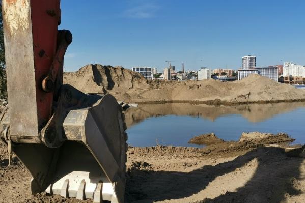 Рядом с песчаными карьерами стоит строительная техника