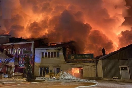 На севере края пожарные всю ночь боролись с огнем в пылающих магазинах