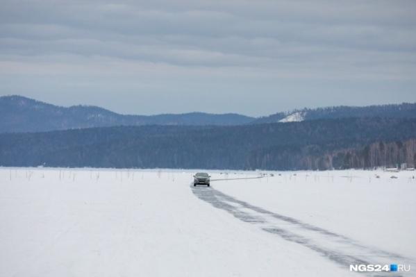 Правый берег уже стал опасен — лед стал тонким