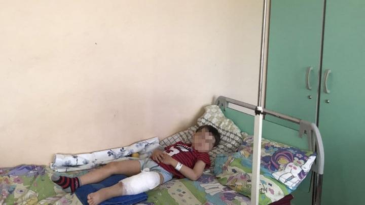 В Челябинске пятилетнему ребенку сделали операцию на ноге после наезда пары на самокате в парке