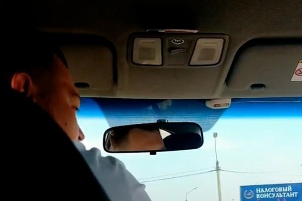 Чтобы выгнать пассажиров из машины, таксист применил газовый баллончик