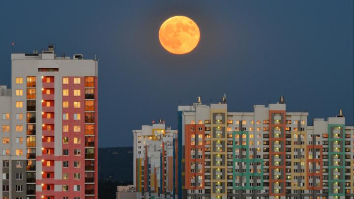 Луна на минимальном расстоянии: жители Екатеринбурга поделились фотографиями суперлуния