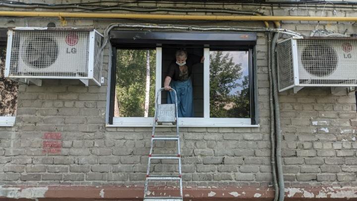 Без стремянки не зайдешь: швейный магазин в Екатеринбурге забаррикадировали родственники