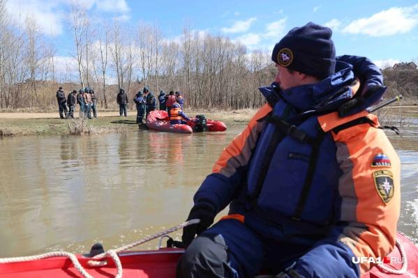 Спасатели следят за обстановкой на подтопленных территориях
