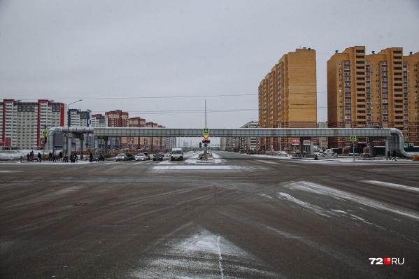На Монтажников — Широтной сейчас обычный перекресток, над которым проложена тепловая магистраль