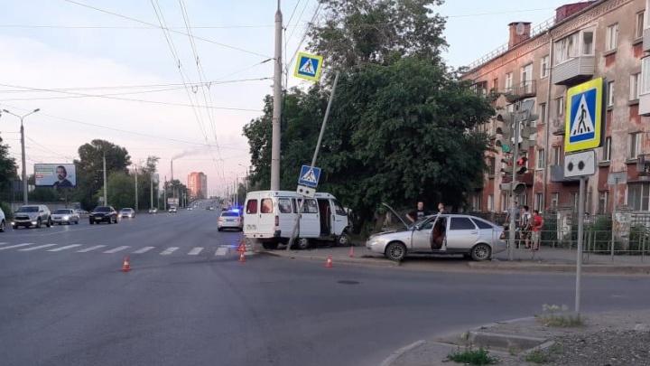 В ДТП с «Газелью» до Кормиловки пострадала супружеская пара — у них тяжелые переломы