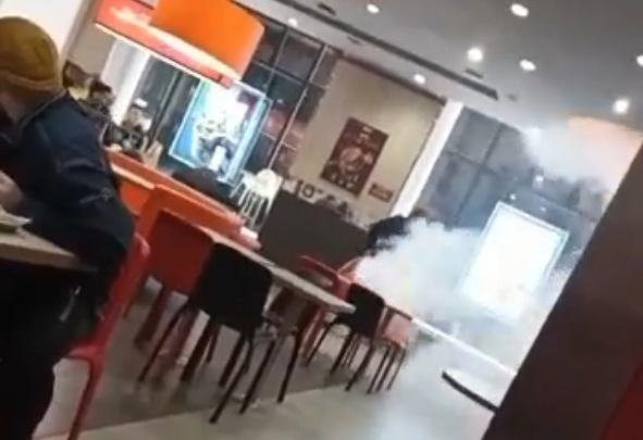 «Все сразу вышли»: вандалы распылили огнетушитель в центральном KFC