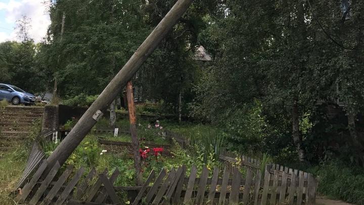 В Архангельске столб медленно падает на жилую деревяшку. Власти мер не принимают