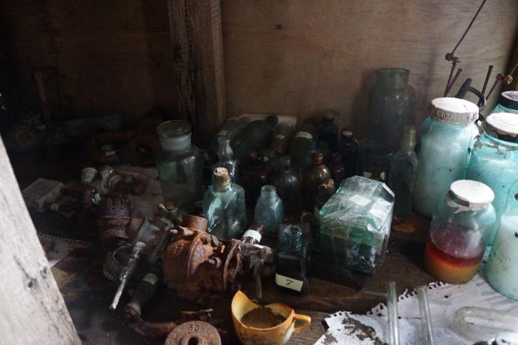Большое количество тары в одном из домиков