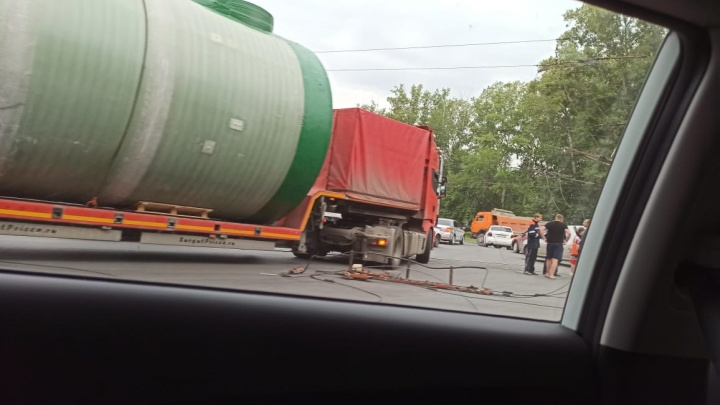 На площади Кирова грузовик с цистерной оборвал провода