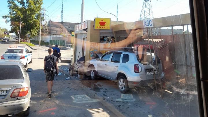 Автомобиль влетел в автобусную остановку на Богдана Хмельницкого — четыре человека пострадали