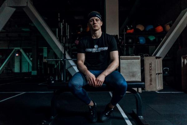 Андрей Савастьянов — профессиональный тренер. Он помог нам разоблачить мифы о тренировках и похудении, которые активно пропагандируют псевдогуру фитнеса