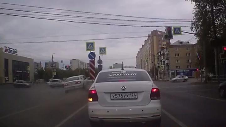 «Обгонял по встречке на красный»: столкновение пяти машин на челябинском перекрестке попало на видео