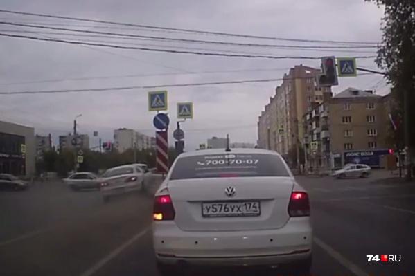 На этом стоп-кадре видно, как Volkswagen обгоняет по встречке стоящие на светофоре попутные машины