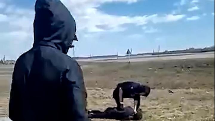 В Новосибирской области жестоко избили подростка. На следующий день его матери прислали видео драки