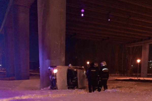 По информации очевидцев, автомобиль перевернулся и влетел в столб