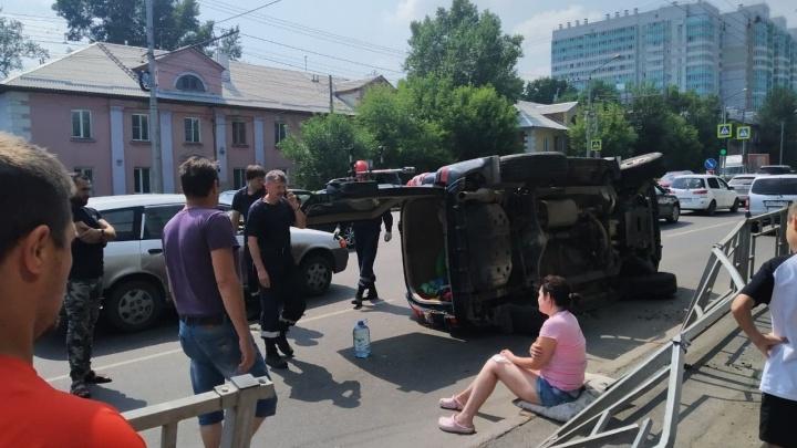 Нетерпеливый водитель «Крузера» испугался грузовика при выезде со двора и перевернул авто