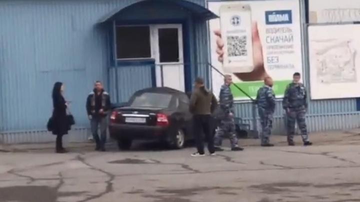 Тройное ДТП в Волгограде: «Приора» протаранила проходную гипсового завода «Волма»