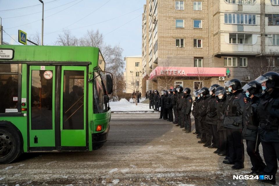 В Красноярске ОМОН выстроился щитом